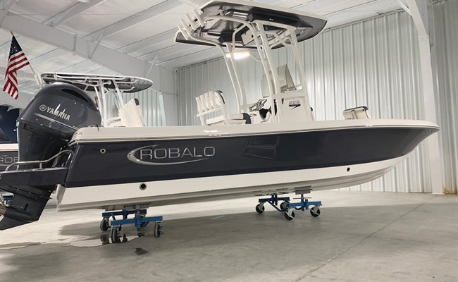 2021 Robalo 226 Cayman Shark Gray